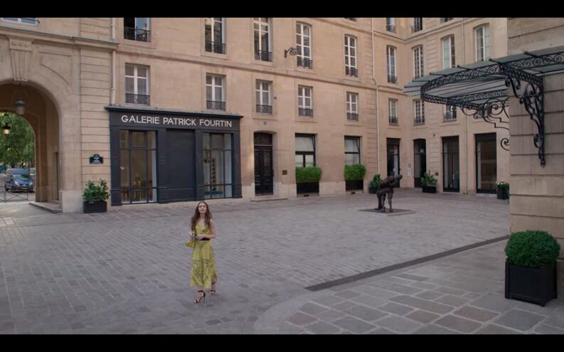 emily in paris vestido amarillo episodio 1 long shot