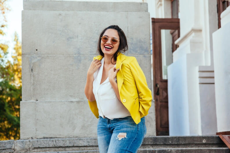 outfit formal de mujer con jeans saco amarillo